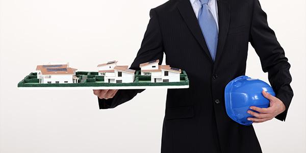 住宅模型を持つ人
